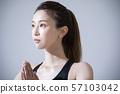 女性热瑜伽运动汗水 57103042