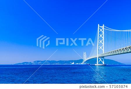 [Scenery of Hyogo Prefecture] Akashi Strait Ohashi Bridge (aka Pearl Bridge) connecting Awaji with Kobe taken with a clear blue sky in the background 57103874