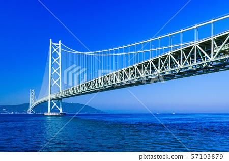 [Scenery of Hyogo Prefecture] Akashi Strait Ohashi Bridge (aka Pearl Bridge) connecting Awaji with Kobe taken with a clear blue sky in the background 57103879