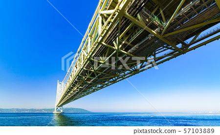 [Scenery of Hyogo Prefecture] Akashi Strait Ohashi Bridge (aka Pearl Bridge) connecting Awaji with Kobe taken with a clear blue sky in the background 57103889