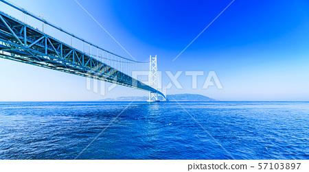 [Scenery of Hyogo Prefecture] Akashi Strait Ohashi Bridge (aka Pearl Bridge) connecting Awaji with Kobe taken with a clear blue sky in the background 57103897