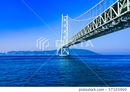 [Scenery of Hyogo Prefecture] Akashi Strait Ohashi Bridge (aka Pearl Bridge) connecting Awaji with Kobe taken with a clear blue sky in the background 57103900