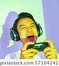 [e 스포츠의 이미지 상금이 걸린 게임 대회 결승전에서 프로 게이머가 열중하고있는 장면 57104242