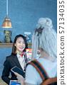 인바운드 고객을위한 일본에서의 쇼핑 정보를 안내하는 여성 관광 가이드 접수 양 57134035