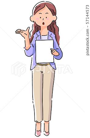 解釋文件的女性企業人 57144573