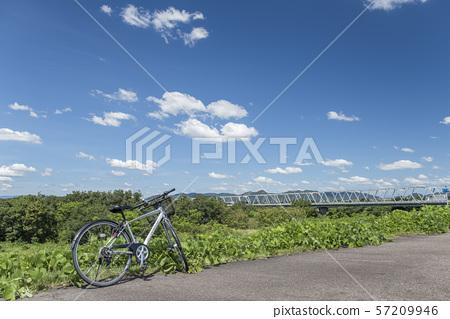 [자전거 이미지] 자전거와 푸른 하늘과 제방 도로 57209946