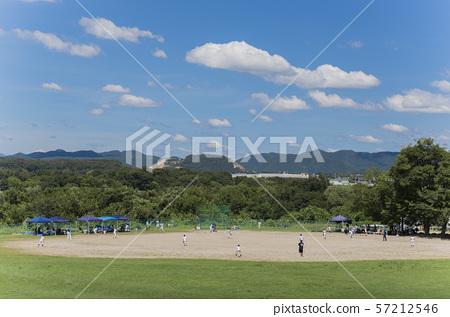 하천 부지에서 야구를하고있는 이미지 57212546