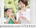 비누 방울에서 노는 부모와 자식 57254324