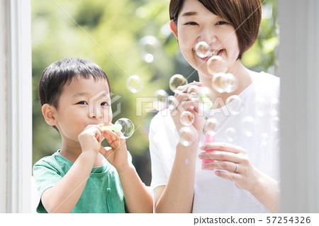 비누 방울에서 노는 부모와 자식 57254326