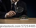 사업가 돋보기 주택 모형 57254485