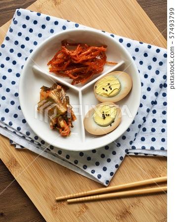 한국의 음식 계란 장조림, 오징어채 무침, 김치 57493799