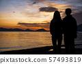 Shikotsu湖看日出的母親和女兒 57493819