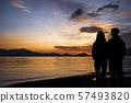 Shikotsu湖看日出的母親和女兒 57493820