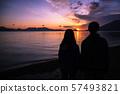Shikotsu湖看日出的母親和女兒 57493821