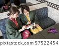 온천 여관의 가라오케 라운지에서 가라오케를하는 여성 여자 여행 이미지 57522454