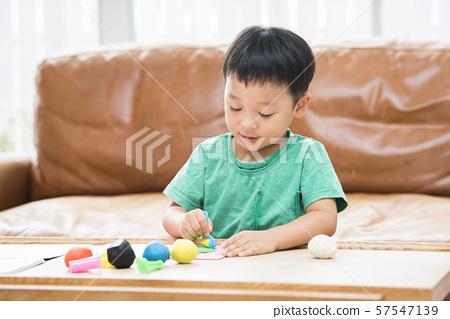 男孩玩黏土 57547139