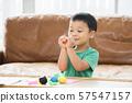男孩玩黏土 57547157