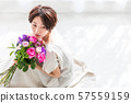 꽃다발을 가진 여자 뷰티 이미지 57559159