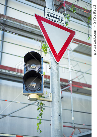 红绿灯和路标 57559523