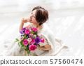 꽃다발을 가진 여자 뷰티 이미지 57560474