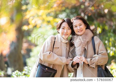 여행 여성 가을 단풍 모녀 부모 가족 관광 이미지 57608067