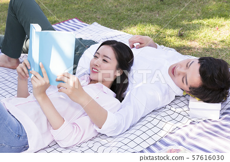 Attractive young couple in love 256 57616030