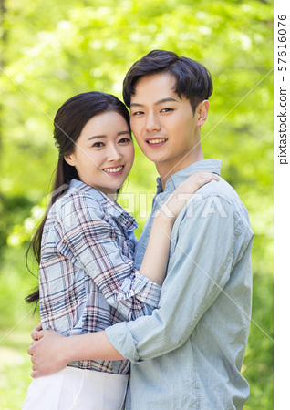 Attractive young couple in love 165 57616076