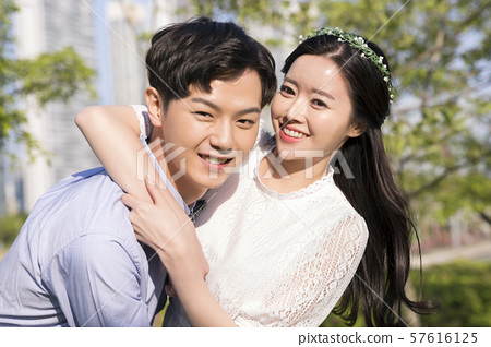 Attractive young couple in love 194 57616125