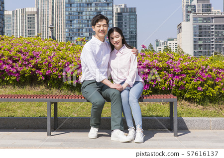 Attractive young couple in love 176 57616137