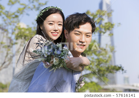 Attractive young couple in love 190 57616141