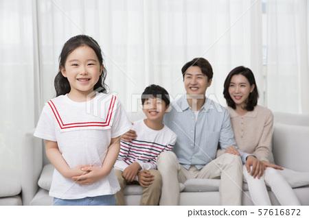 Happy and loving family 055 57616872