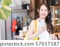年轻的女人,购物,智能手机 57637387