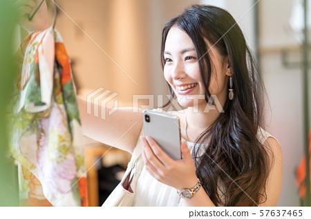 젊은 여자, 쇼핑, 스마트 폰 57637465