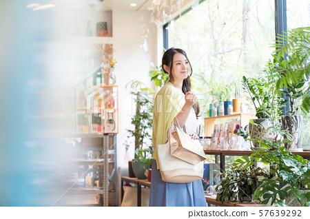 有購物的少婦 57639292