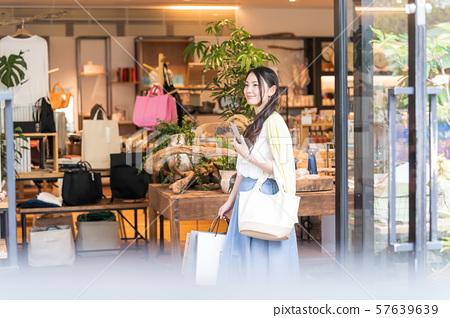 젊은 여자, 쇼핑, 스마트 폰, 찾기 57639639