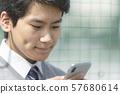 經營智能手機的男孩初中高中學生 57680614