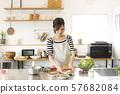 샌드위치를 만드는 여성 57682084