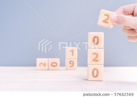 2020年新年秋天女性手目標木刻倒計時目標新年快樂 57682569