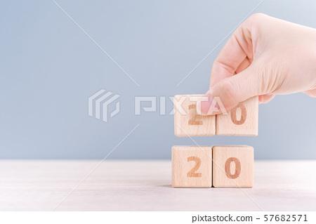 2020年新年秋天女性手目標木刻倒計時目標新年快樂 57682571