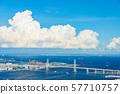 여름 미나토 미라이에서 요코하마 베이 브릿지 뭉게 구름 57710757