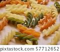 各種各樣的顏色麵團,乾麵條 57712652