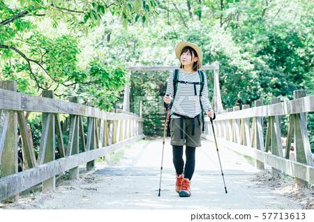 徒步旅行的年輕女子 57713613