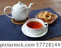 在一塊板材的烤餅乾有茶和茶時間表的 57728144