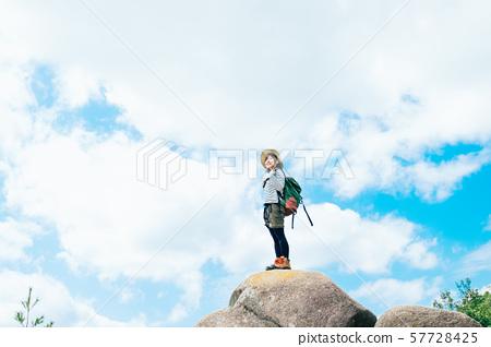攀爬的年輕女子 57728425