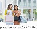젊은 여성 쇼핑 57729363