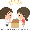 카운터를 통해 이야기 백의를 입은 여성과 손님의 여성 57744352