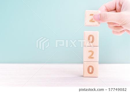 2020年新年秋天女性手目標木刻倒計時目標新年快樂 57749082