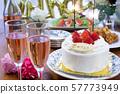 파티 용 폭죽에 불이 붙어 생일 케이크 57773949