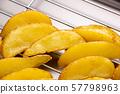 튀김 박쥐에 실린 튀김 서 감자 튀김 (껍질있는 자연 컷). 57798963