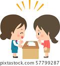 카운터를 통해 설명하는 점원과 서류를 보는 손님의 여성 57799287